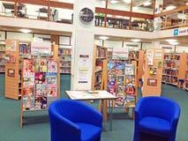 Magazines pour lire dedans une bibliothèque publique Photographie stock libre de droits