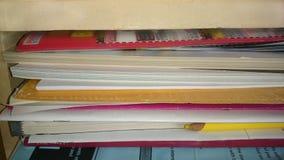 Magazines sur une étagère Photos stock