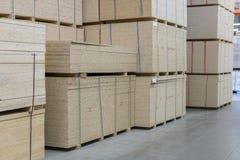 Magazyn fiberboard i chipboard Materiały Budowlani Drewniany magazyn zdjęcia royalty free