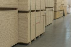 Magazyn fiberboard i chipboard Materiały Budowlani Drewniany magazyn obrazy royalty free
