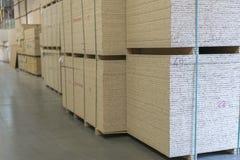 Magazyn fiberboard i chipboard Materiały Budowlani Drewniany magazyn zdjęcie stock