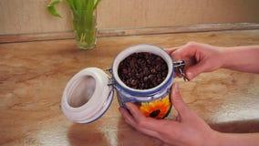 Magazyn kawowe fasole Ceramiczny zbiornik dla przechować kawę w rękach Na kuchennym stole zbiory