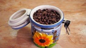 Magazyn kawowe fasole Ceramiczny zbiornik z kawą Hermetyczny naczynie z adra piec kawa Na kuchennym stole zbiory