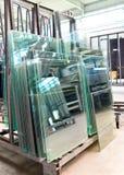Magazyn skończone szklane tafle dla sprzedaży dla domowej budowy w glassworks fotografia stock