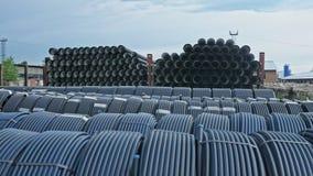 Magazyn skończony klingeryt piszczy przemysłowego outdoors składowego miejsce Manufaktura plastikowe wodne drymby fabryczne zbiory wideo