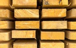 Magazynowa krawędzi desek sterty materiałów budowlanych tła drewniana paralela wykłada zdjęcie stock