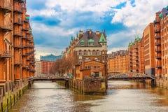 Magazynowy gromadzki Speicherstadt podczas wiosny w Hamburg, Niemcy Magazyny w Hafencity ?wiartce w Hamburg zdjęcia stock