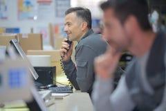 Magazynowy kierownik na telefonie w magazynie Obrazy Royalty Free