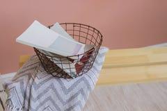 Magazynu kosz z magazynami na drewnianej ławce Obrazy Stock
