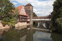 Magazzino del vino, torre di acqua ed il ponte della boia sul fiume Pegnitz norimberga germany Fotografia Stock Libera da Diritti