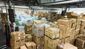 Magazzino deposito deposito il corridoio inscatola l'affare di riserva Fotografia Stock Libera da Diritti