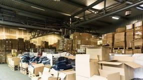 Magazzino deposito deposito il corridoio inscatola l'affare di riserva Fotografie Stock