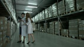 Magazzino di produzione in un impianto industriale archivi video