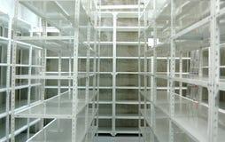 Magazzino vuoto, scaffali di stoccaggio Fotografia Stock Libera da Diritti