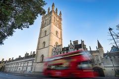 Magdalen szkoły wyższa, Oksfordzkiego i rozmytego czerwony dwoistego decker autobus, fotografia royalty free