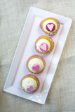 Magdalena de la vainilla de la pasta de azúcar del corazón para las tarjetas del día de San Valentín Foto de archivo