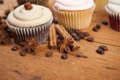 Magdalena del chocolate, granos de café, canela, anís de estrella en el despido Imágenes de archivo libres de regalías