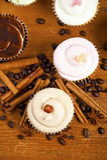Magdalena del chocolate, granos de café, canela, anís de estrella en el despido Fotos de archivo