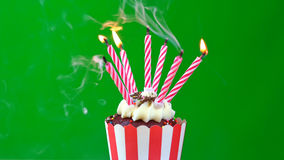Magdalena del feliz cumpleaños con las velas coloridas Imagenes de archivo