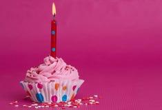 Magdalena deliciosa del cumpleaños en fondo rosado Fotos de archivo libres de regalías