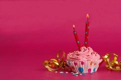 Magdalena deliciosa del cumpleaños en fondo rosado Imágenes de archivo libres de regalías
