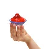 Magdalena dulce sabrosa deliciosa de la torta en mano humana Fotografía de archivo