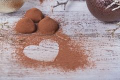 Magdalena sabrosa del chocolate con los dulces y la decoración del invierno foto de archivo