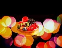 Magdalena y bayas con la reflexi?n en fondo negro Concepto de la comida, desayuno colorido imagen de archivo