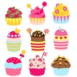 Magdalenas adornadas con la corona, corazones, caramelos, dulces de la princesa Panadería en colores rosados, amarillos Comida de Fotografía de archivo