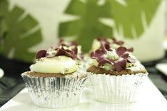 Magdalenas chocolate, fresa en tazas decorativas Imagen de archivo libre de regalías