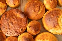 Magdalenas cocidas frescas con las pasas Preparaci?n del pan Bollos deliciosos imágenes de archivo libres de regalías