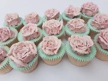 Magdalenas color de rosa del vintage de Buttercream imagenes de archivo