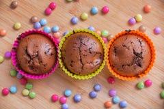 Magdalenas coloridas del chocolate Foto de archivo