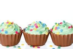 Magdalenas coloridas del chocolate en blanco Fotos de archivo libres de regalías