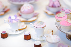 Magdalenas coloridas deliciosas de la boda Fotos de archivo libres de regalías