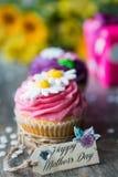 Magdalenas coloridas para el día del ` s de la madre Foto de archivo libre de regalías