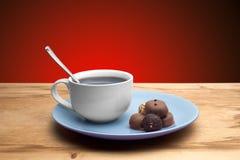 Magdalenas con el chocolate en la placa Fotos de archivo libres de regalías