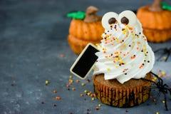 Magdalenas de la calabaza de Halloween con el fantasma divertido del merengue, idea para H Imagen de archivo