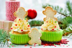 Magdalenas de la Navidad adornadas con crema, confeti del azúcar y ging Fotografía de archivo