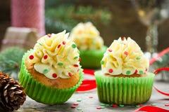 Magdalenas de la Navidad con helar del buttercream y confeti del azúcar Fotos de archivo
