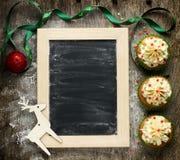 Magdalenas de la Navidad con helar del buttercream y confeti del azúcar Fotos de archivo libres de regalías