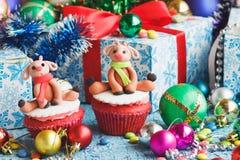 Magdalenas de la Navidad con las decoraciones coloreadas Fotografía de archivo libre de regalías
