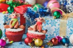 Magdalenas de la Navidad con las decoraciones coloreadas hechas de la masilla de la confitería Foto de archivo