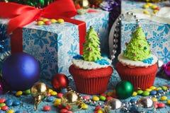 Magdalenas de la Navidad con las decoraciones coloridas Imagen de archivo