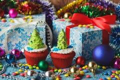 Magdalenas de la Navidad con las decoraciones coloridas Imagenes de archivo