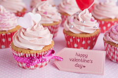Magdalenas de la tarjeta del día de San Valentín con las palabras el 'día de tarjeta del día de San Valentín feliz' Imagenes de archivo