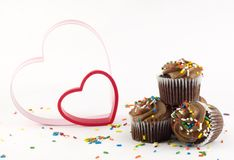 Magdalenas del chocolate con los corazones Foto de archivo libre de regalías