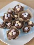 Magdalenas del chocolate con Mini Easter Eggs Imágenes de archivo libres de regalías