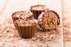 Magdalenas del chocolate dulce en el tablero de madera ligero Imagen de archivo
