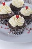 Magdalenas del chocolate para el día de tarjetas del día de San Valentín Imágenes de archivo libres de regalías